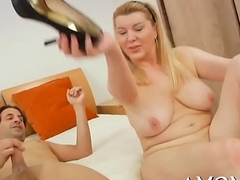 Sexy mom gets pleasure of invoice